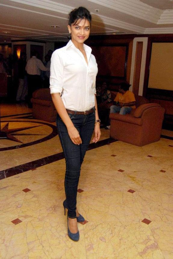 deepika-pudakone-bollywood-skinny-jeans