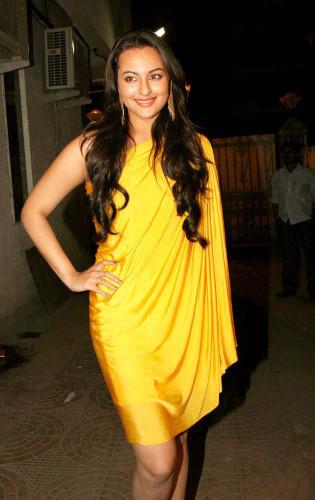 Sonakshi-sinha-in-gorgeous-yellow-dress-315x500